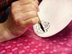 墨はじき 薔薇絵碗皿 線描き