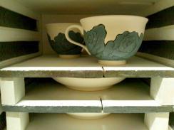 墨はじき薔薇絵碗皿 素焼き 窯積み