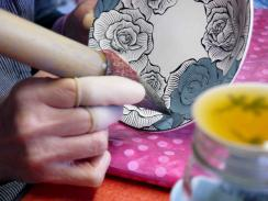 墨はじき薔薇絵碗皿 濃み