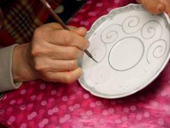 黄彩唐草紋碗皿 線描き