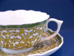 黄彩唐草紋碗皿(木瓜型) アップ